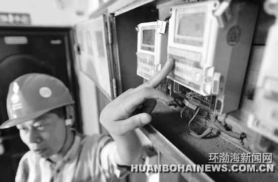 工作人员打开山西南里小区一栋居民楼内的电表箱